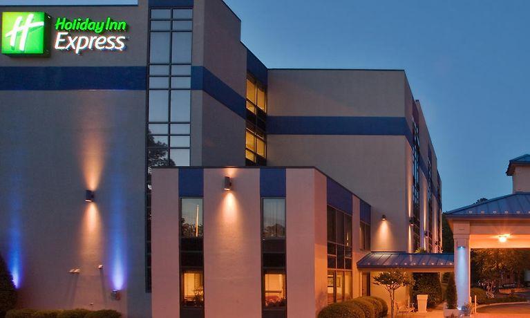 or hotel z newport in information east news newswilliamsburg comforter comfort guestroom inn williamsburg hotels